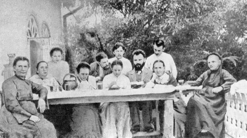 Фото Лесі Українки серед родичів, 1904…