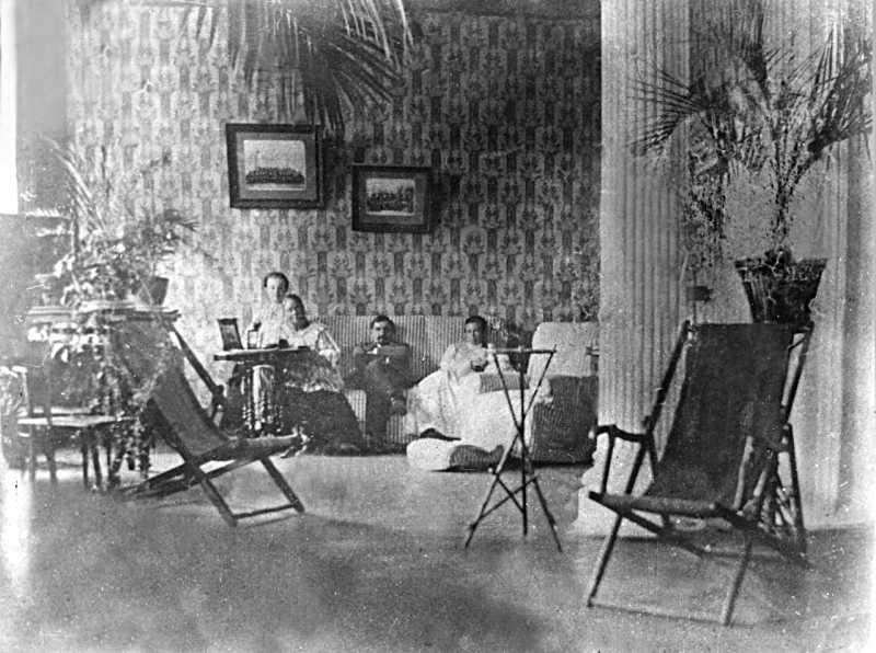 Фото Лесі Українки в хаті, 1911 р.