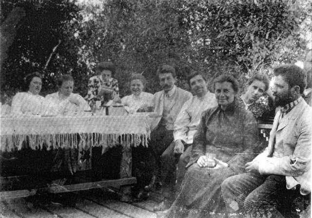 Фото Лесі Українки серед друзів, 1906 р.