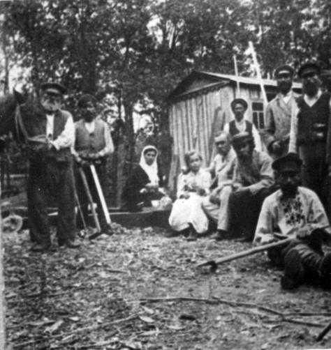 Робітники на будівництві хутору…