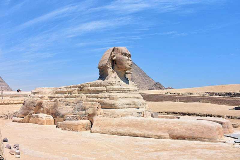 Великий сфінкс на тлі пірамід у Гізе
