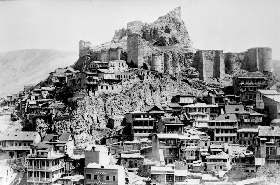 Панорама центру Тбілісі із фортецею…